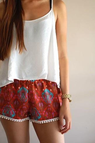 9887105ffe ... Look de moda: Top corto de gasa blanco, Pantalones cortos estampados  rojos, Reloj