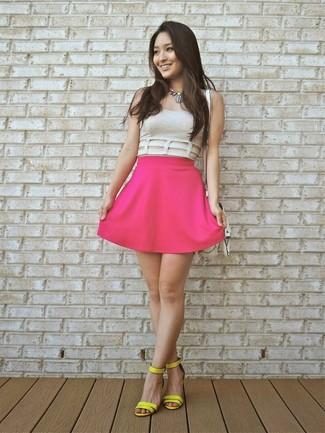 Un top corto en beige y una falda skater rosa son una gran fórmula de vestimenta para tener en tu clóset. Con el calzado, sé más clásico y complementa tu atuendo con sandalias de tacón de cuero amarillas.
