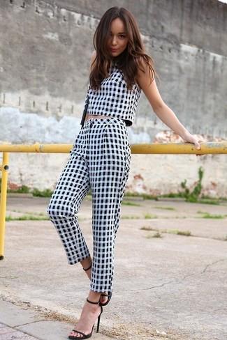 Top corto en blanco y negro pantalon capri en blanco y negro sandalias de tacon negras large 2382