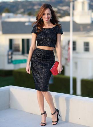 Cómo combinar: top corto de lentejuelas negro, falda lápiz de lentejuelas negra, sandalias de tacón de cuero negras, cartera sobre de cuero roja