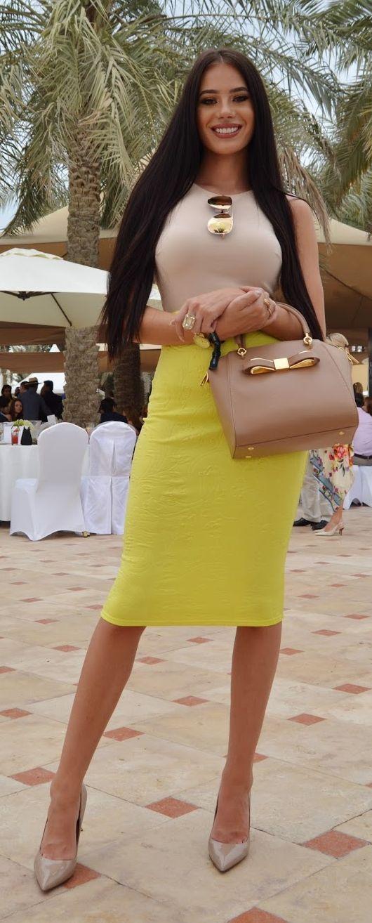 Cómo combinar una falda lápiz amarilla (36 looks de moda)  4d46e6ca9f54