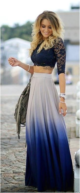 Un top corto de encaje azul marino y una falda larga plisada blanca y azul son el combo perfecto para llamar la atención por una buena razón.