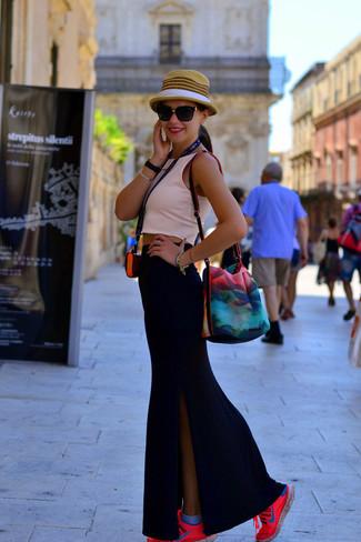 Cómo combinar: top corto rosado, falda larga con recorte negra, deportivas rosa, sombrero de paja marrón claro
