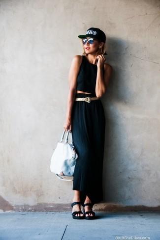 Cómo combinar: top corto negro, falda larga negra, sandalias con cuña de cuero negras, bolsa tote de cuero blanca