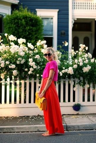 Cómo combinar un top corto rosa: Equípate un top corto rosa con una falda larga roja para un almuerzo en domingo con amigos. Haz este look más informal con sandalias de dedo de cuero doradas.