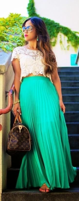 Cómo combinar: top corto de crochet en beige, falda larga plisada verde, sandalias de dedo de cuero marrón claro, bolso deportivo de cuero estampado en marrón oscuro