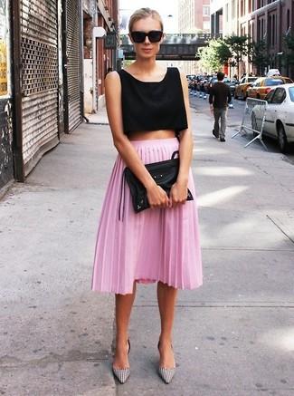 Cómo combinar: top corto negro, falda midi plisada rosada, zapatos de tacón de cuero de cuadro vichy en blanco y negro, cartera sobre de cuero negra
