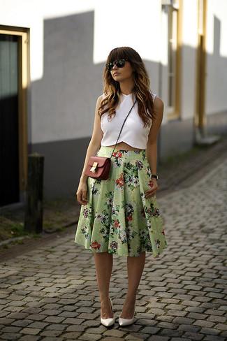Look de moda: Top corto blanco, Falda midi con print de flores verde, Zapatos de tacón de cuero blancos, Bolso bandolera de cuero rojo
