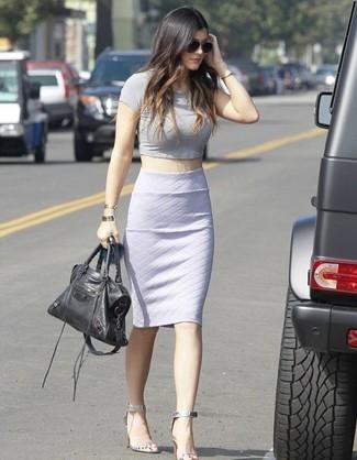 Top corto gris falda lapiz blanca sandalias de tacon plateadas bolsa tote negra large 1091