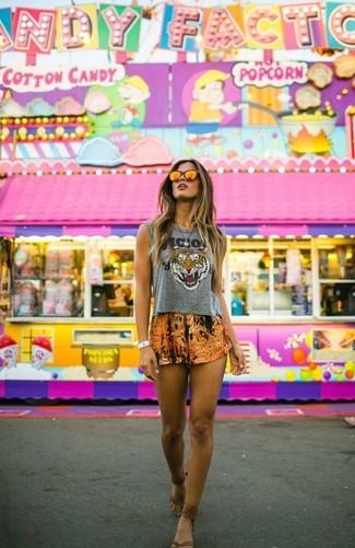 Para crear una apariencia para un almuerzo con amigos en el fin de semana ponte un top corto estampado gris y unos pantalones cortos naranjas. ¿Por qué no añadir sandalias de dedo de cuero marrónes a la combinación para dar una sensación más relajada?