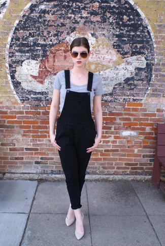 Cómo combinar: top corto gris, peto vaquero negro, zapatos de tacón de cuero en beige, gafas de sol en marrón oscuro