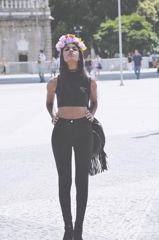 Cómo combinar: top corto negro, leggings negros, botines de ante negros, bolsa tote de cuero negra