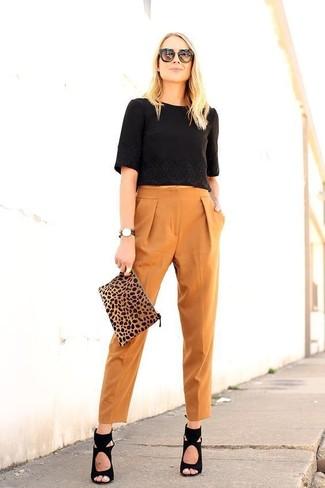 Cómo combinar: top corto negro, pantalón de pinzas en tabaco, sandalias de tacón de ante negras, cartera sobre de ante de leopardo marrón claro