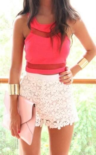 Cómo combinar un top corto rosa: Ponte un top corto rosa y unos pantalones cortos de encaje blancos para un almuerzo en domingo con amigos.