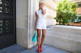 Cómo combinar: top corto de crochet blanco, pantalones cortos blancos, sandalias de tacón de cuero rosa, bolsa tote de cuero en turquesa