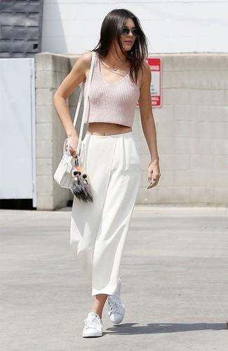 Look de Kendall Jenner: Top Corto Rosado, Pantalones Anchos Blancos, Tenis Blancos, Bolso Bandolera de Cuero Blanco