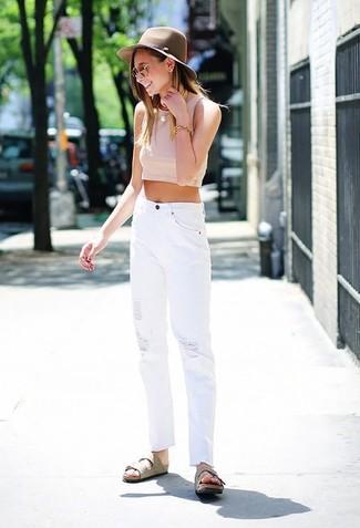 Cómo combinar: top corto rosado, vaqueros desgastados blancos, sandalias planas de ante en beige, sombrero de lana marrón