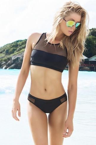 Cómo combinar: top de bikini de malla negro, braguitas de bikini de malla negras, gafas de sol verdes