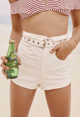 Cómo combinar: top de bikini de rayas horizontales en blanco y rojo, pantalones cortos blancos