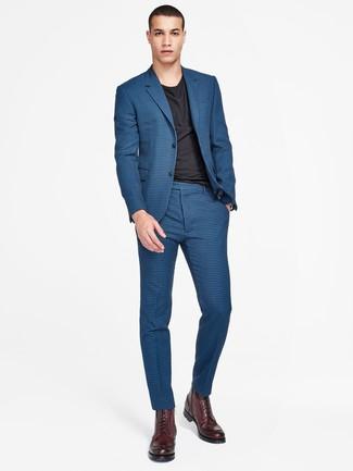 Cómo combinar unas botas casual de cuero burdeos: Si buscas un look en tendencia pero clásico, elige un traje a cuadros azul y una camiseta con cuello circular negra. Botas casual de cuero burdeos son una opción inmejorable para complementar tu atuendo.