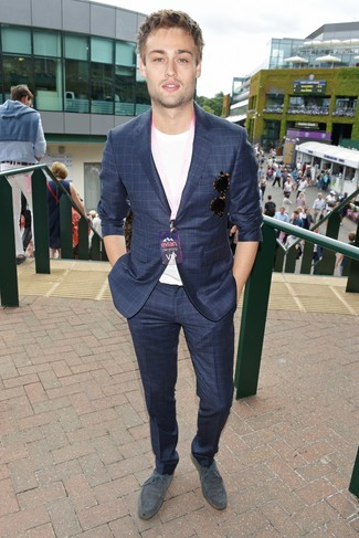 Cómo combinar: traje a cuadros azul marino, camiseta con cuello circular blanca, zapatos derby de ante grises