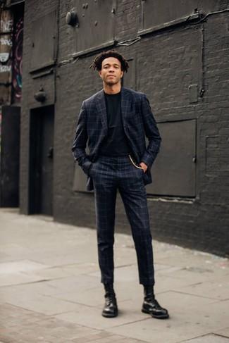 Cómo combinar unas botas casual de cuero negras: Opta por un traje a cuadros en gris oscuro y una camiseta con cuello circular negra para después del trabajo. Botas casual de cuero negras son una opción inmejorable para complementar tu atuendo.