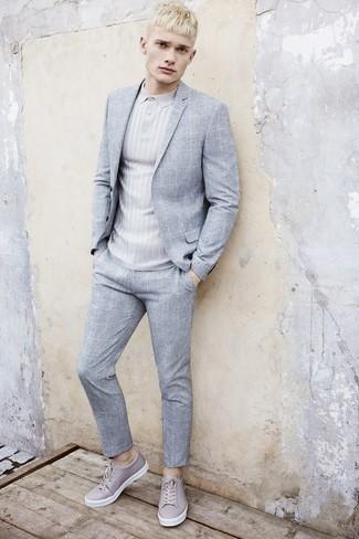 Cómo combinar: traje a cuadros gris, camisa polo gris, tenis de cuero grises