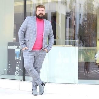Cómo combinar unos botines chelsea de ante grises: Casa un traje a cuadros gris junto a un jersey de cuello alto rosa para lograr un look de vestir pero no muy formal. Este atuendo se complementa perfectamente con botines chelsea de ante grises.