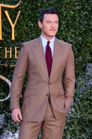 Cómo combinar un traje a cuadros marrón: Elige un traje a cuadros marrón y una camisa de vestir celeste para un perfil clásico y refinado.