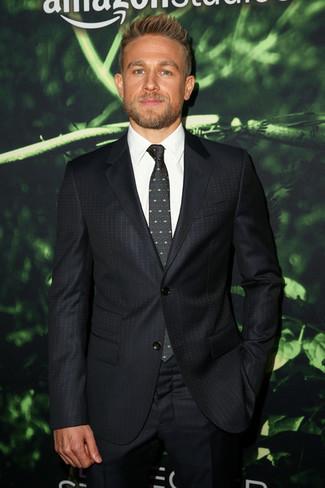 Cómo combinar: traje a lunares negro, camisa de vestir blanca, corbata estampada verde oscuro