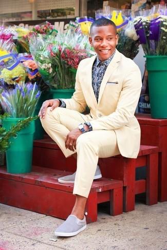 Cómo combinar: traje amarillo, camisa de manga larga con print de flores en azul marino y blanco, zapatillas slip-on grises, reloj azul