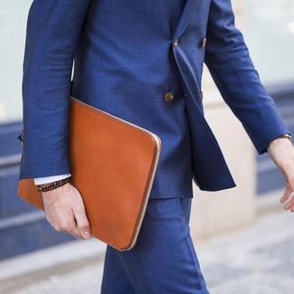 Cómo combinar: traje azul, bolso con cremallera de cuero en tabaco, pulsera con cuentas en marrón oscuro