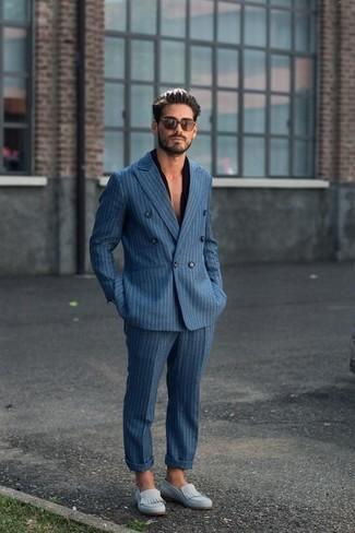 Cómo combinar una camisa de manga corta negra: Perfecciona el look casual elegante en una camisa de manga corta negra y un traje de rayas verticales azul. Con el calzado, sé más clásico y complementa tu atuendo con mocasín de ante celeste.