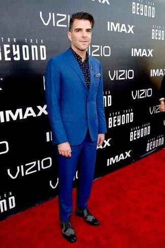 Cómo combinar: traje azul, camisa de manga larga a lunares azul marino, zapatos brogue de cuero negros