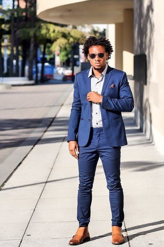 Cómo combinar un traje azul: Emparejar un traje azul con una camisa de manga larga estampada blanca es una opción excelente para una apariencia clásica y refinada. Botas brogue de cuero marrón claro añadirán interés a un estilo clásico.