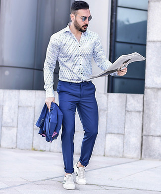 Cómo combinar un traje azul: Intenta ponerse un traje azul y una camisa de manga larga estampada en blanco y azul para un perfil clásico y refinado. ¿Quieres elegir un zapato informal? Usa un par de tenis de cuero blancos para el día.