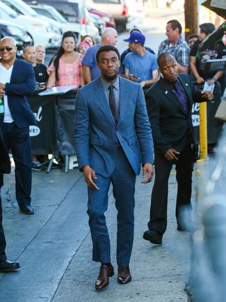 Cómo combinar: traje azul, camisa de vestir azul, zapatos oxford de cuero en marrón oscuro, corbata en verde azulado