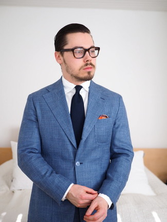 Cómo combinar: traje azul, camisa de vestir blanca, corbata azul marino, pañuelo de bolsillo estampado naranja