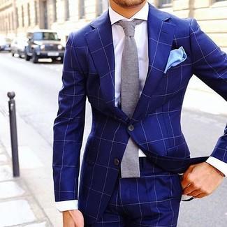 Cómo combinar: traje a cuadros azul, camisa de vestir blanca, corbata de punto gris, pañuelo de bolsillo celeste