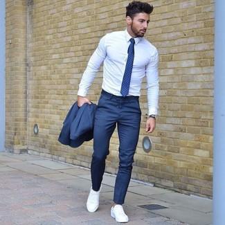 Cómo combinar: traje azul, camisa de vestir blanca, zapatillas plimsoll blancas, corbata a lunares azul