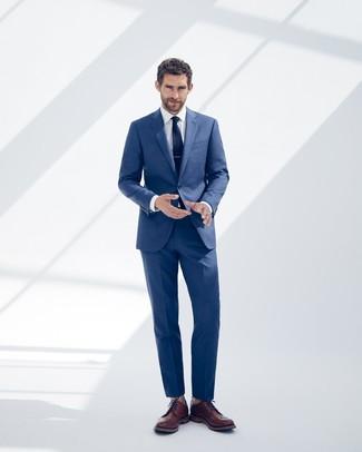 Cómo combinar: traje azul, camisa de vestir blanca, zapatos brogue de cuero marrónes, corbata azul marino