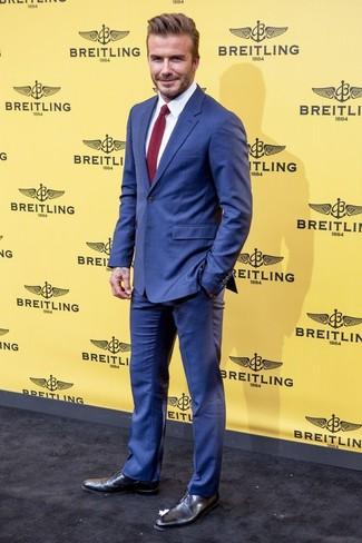 Look de David Beckham: Traje azul, Camisa de vestir blanca, Zapatos derby de cuero negros, Corbata de punto burdeos