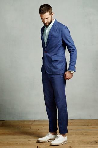 Cómo combinar: traje azul, camisa de vestir de rayas verticales en verde menta, zapatos derby de cuero blancos