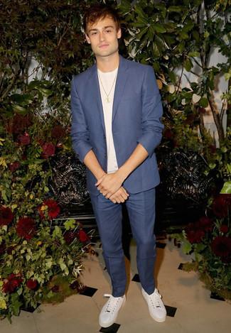 Look de moda: Traje Azul, Camiseta con Cuello Circular Blanca, Tenis de Cuero Blancos