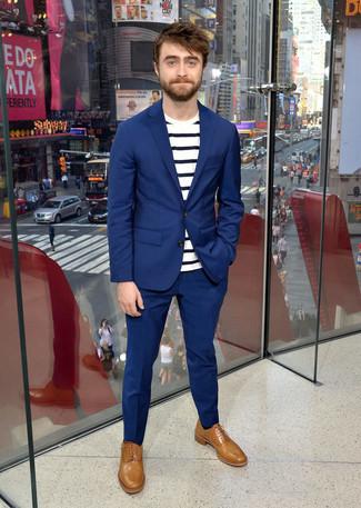 Traje azul camiseta con cuello circular de rayas horizontales en blanco y azul marino zapatos oxford de cuero marron claro large 21961