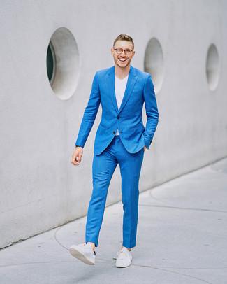Cómo combinar: traje azul, camiseta con cuello en v blanca, tenis de cuero blancos