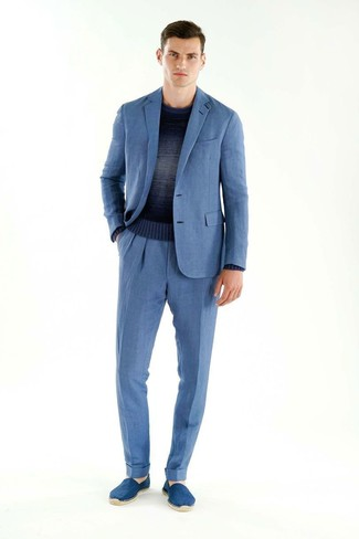 Cómo combinar: traje azul, jersey con cuello circular ombre azul marino, alpargatas de ante azules
