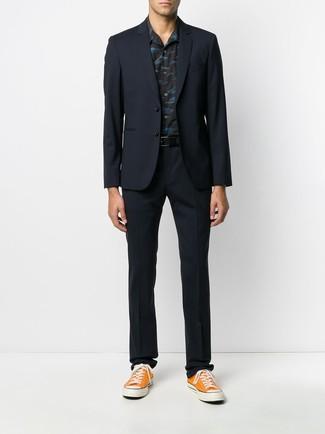 Cómo combinar: traje azul marino, camisa de manga corta estampada negra, tenis de lona naranjas, correa de cuero negra