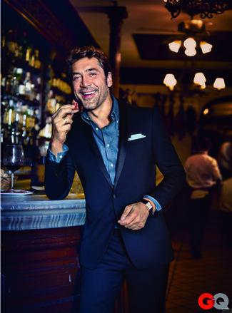 Accede a un refinado y elegante estilo con un traje azul marino y una camisa de manga larga de cambray azul.