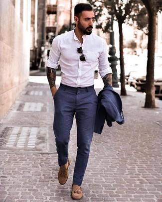 Cómo combinar: traje de lino azul marino, camisa de manga larga blanca, mocasín con borlas de ante marrón, gafas de sol negras